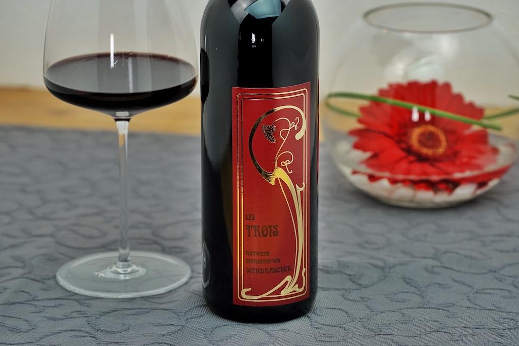 Die kleine Kremstaler Weinmanufaktur Wandraschek hatte sich anfangs ausschließlich auf Rotweine spezialisiert. Im Fliana Gourmet in Ischgl darf beispielsweise die elegante Cuvée Les Trois aus Zweigelt, Merlot und Cabernet Sauvignon genossen werden