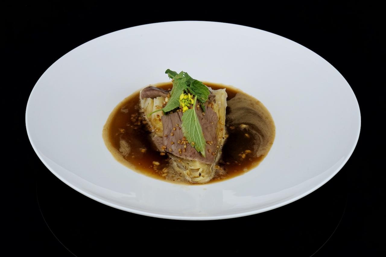 Spitzkohl aus dem Ofen mit knusprigem Getreide und Rinderherz