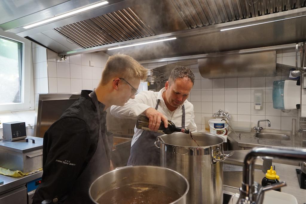 Für die Saucenherstellung ist der Meister höchstpersönlich verantwortlich. Hier weiht er FrontRowSociety Redakteur Noris Conrad (li.) in die Geheimnisse der perfekten Saucenproduktion ein