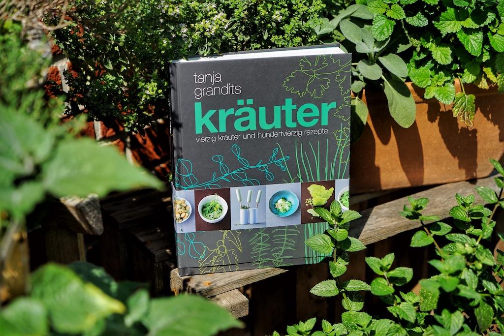2 Sterneköchin Tanja Grandits pflegt nicht nur ihren eigenen Kräutergarten hintern Haus, Sie hat auch ein Buch zu diesem Thema herausgebracht