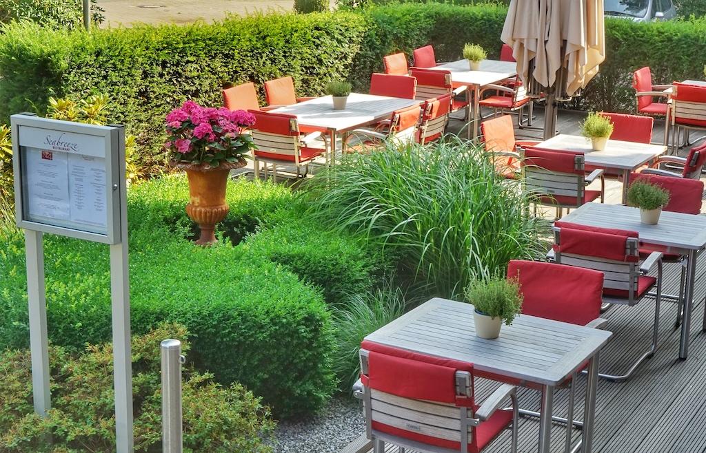 Vor dem NSBhotel Navigare sitzen am Mittag und an lauen Sommerabenden Gäste, die sich die Kulinarik des Hauses schmecken lassen