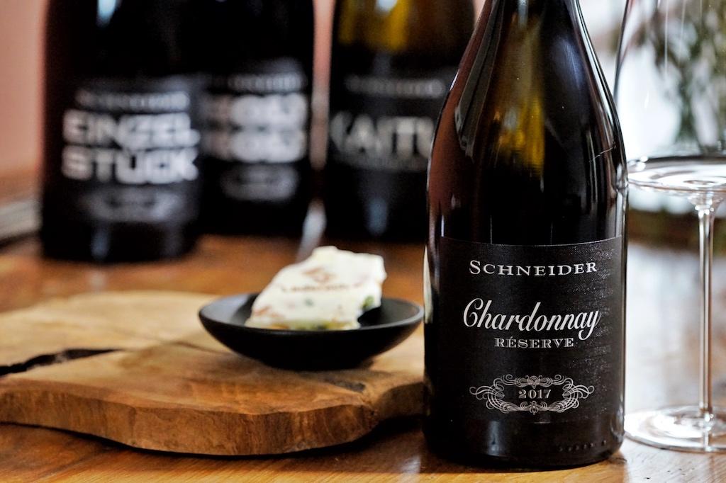 Auch zu guter, weißer Schokolade schmeckt der Chardonnay von Schneider