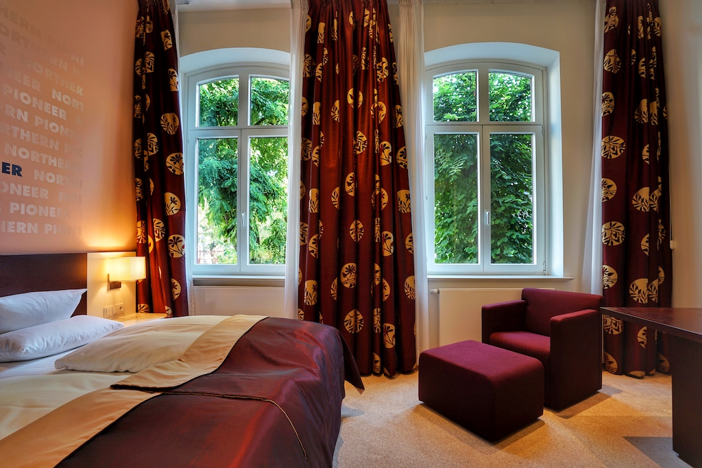 Die Zimmer zum Hof des Hotels sind ruhig gelegen und bestechen durch eine harmonische und beruhigende Farbwahl