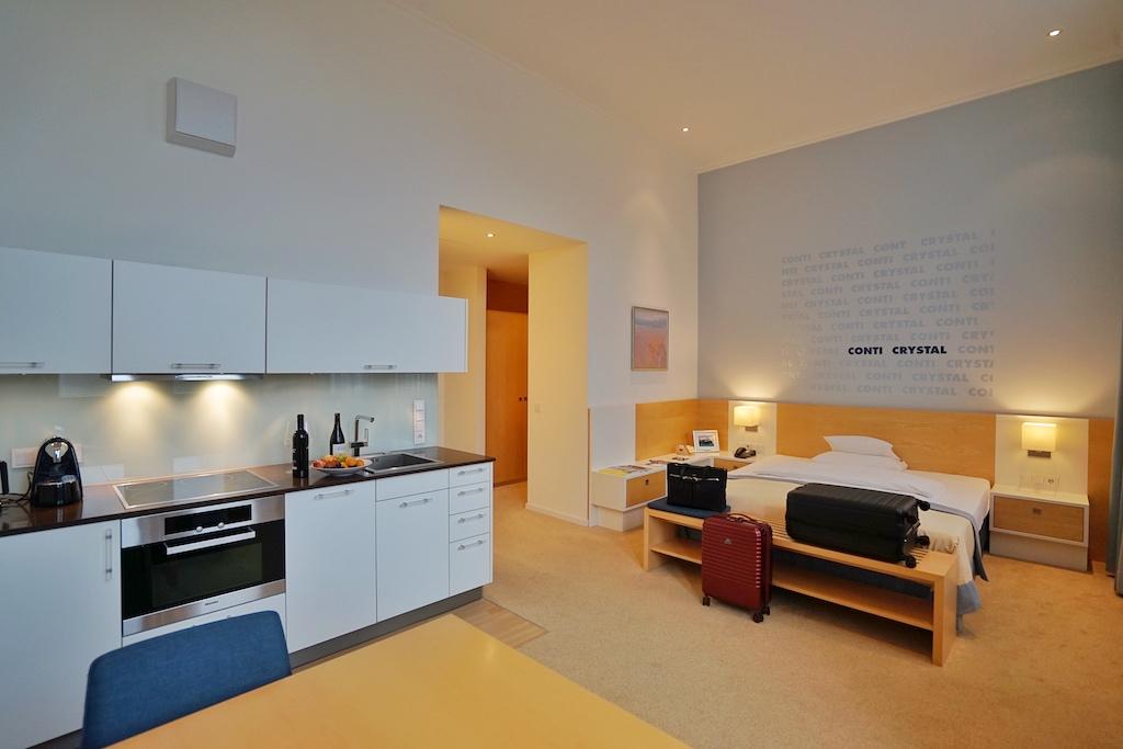 Die Studio-Zimmre sind mit einer Küchenzeile ausgestattet; Tee- und Kaffeestation zählen ebenso zur Ausstattung wie die täglich gefüllte Minibar