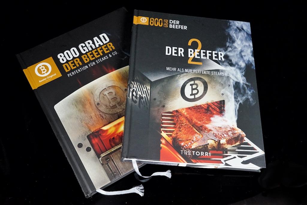 Der BEEFER Band 1 und Band 2, hier lassen ausgeklügelte, gestandene Rezepte und verständlich beschriebene Fleischfakten auf sich warten / © FrontRowSociety.net