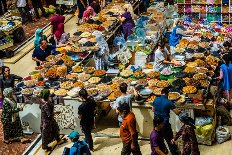 In großen Mengen werden getrocknete Früchte, Nüsse und natürlich Gewürze in der modernen Markthalle von Duschanbe angeboten. In der heutigen Hauptstadt Tadschikistans war noch ein kleines Dorf, als der Handel an der Seidenstraße begannt / © FrontRowSociety.net, Foto: Georg Berg