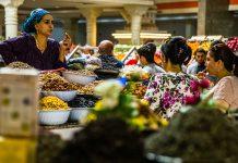 Kundige Verkaufsgespräche in der Markthalle von Duschanbe, Tadschikistan / © FrontRowSociety.net, Foto: Georg Berg