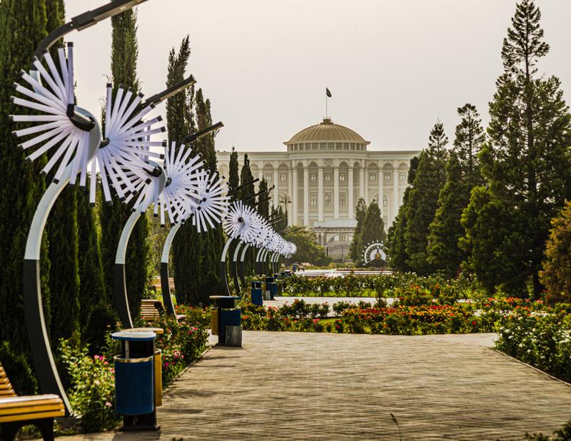 Die goldene Kuppel, zahlreiche Säulen und die prominente Perspektive sprechen eine eindeutige Sprache: Das kann nur der Präsidentenpalast sein / © FrontRowSociety.net, Foto: Georg Berg