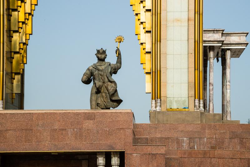 Monumentales Denkmal für Ismail Somoni in der tadschikischen Hauptstadt Duschanbe. Die Währung Tadschikistans, Somoni, ist nach dem Feldherrn benannt / © FrontRowSociety.net, Foto: Georg Berg