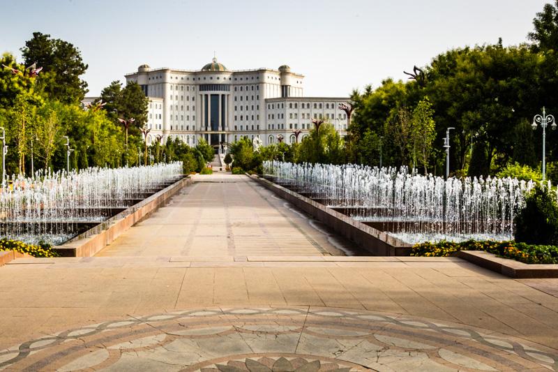 Die 2012 eröffneten Nationalbibliothek ist mit neun Etagen die größte Bibliothek Zentralasiens. In den Regalen soll noch viel Platz für Bücher sein / © FrontRowSociety.net, Foto: Georg Berg