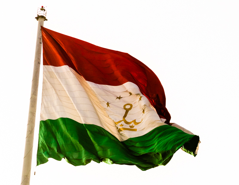 Eine goldene Krone und Sterne verzieren die Flagge Tadschikistans, die in Duschanbe an einem 165 Meter hohen Fahnenmast weht / © FrontRowSociety.net, Foto: Georg Berg