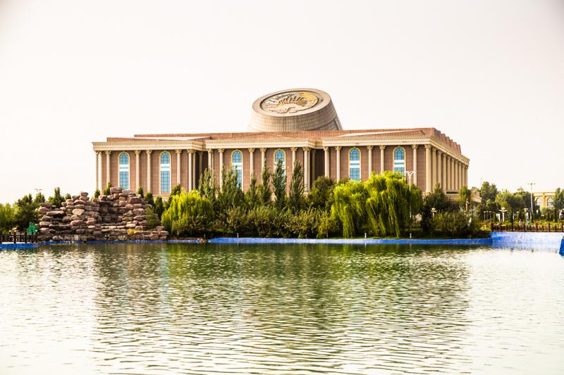 Das tadschikische Nationalmuseum liegt in Duschanbe an einem künstlich angelegten See / © FrontRowSociety.net, Foto: Georg Berg