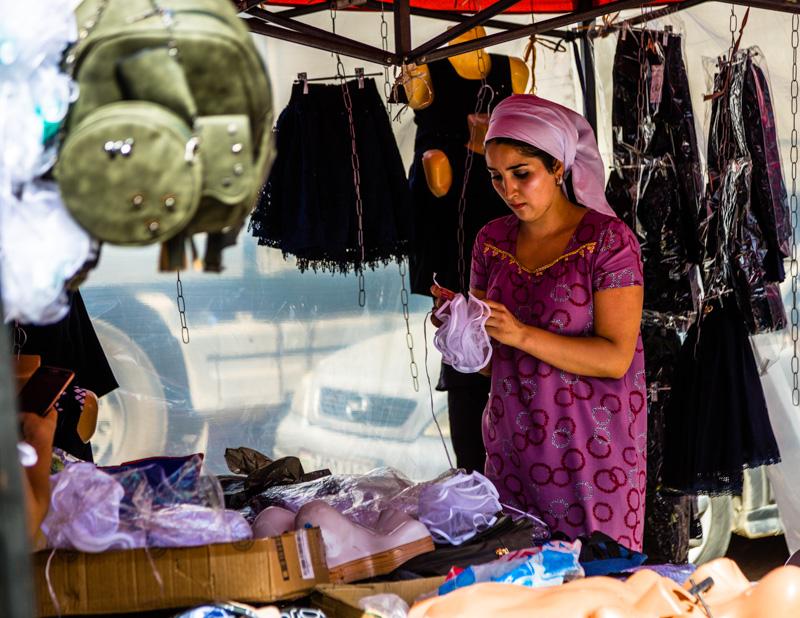 Entlang der ehemaligen Seidenstraße werden auf allen Märkten feine Textilien angeboten / © FrontRowSociety.net, Foto: Georg Berg