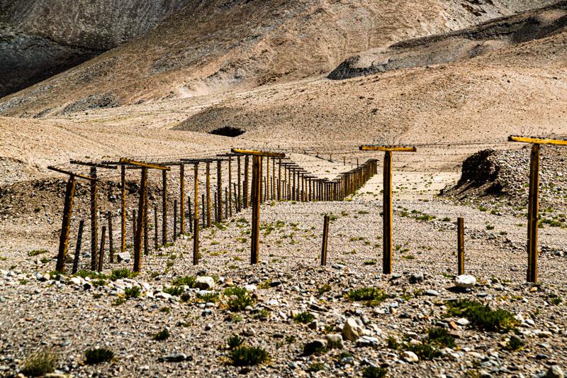 In der dünn besiedelten Gebirgslandschaft entlang der chinesischen Grenze erstreckt sich ein hunderte Kilometer langer Stacheldrahtzaun / © FrontRowSociety.net, Foto: Georg Berg