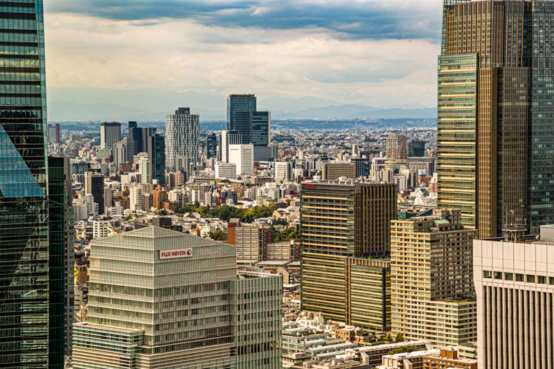 Aus dem 41. Stockwerk kann man sogar die Berge am Horizont der Skyline sehen. An klaren Tagen reicht der Blick aus der Glasfront der Bar bis Mount Fuji in der Präfektur Shizuoka / © FrontRowSociety.net, Foto: Georg Berg