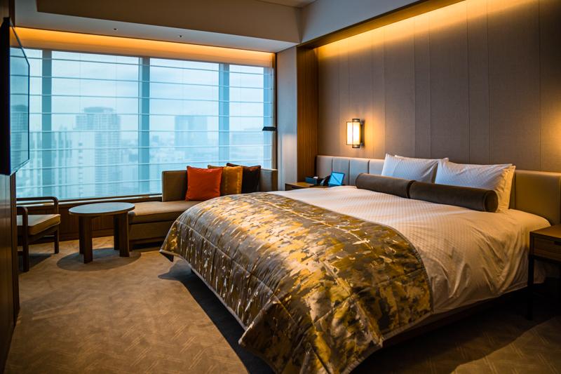 Zimmer mit Aussicht. Im Stil traditioneller japanischer Wohnräume. Luftig und leicht. Die Fensterfront zieht sich über die komplette Länge des Wohnraums / © FrontRowSociety.net, Foto: Georg Berg