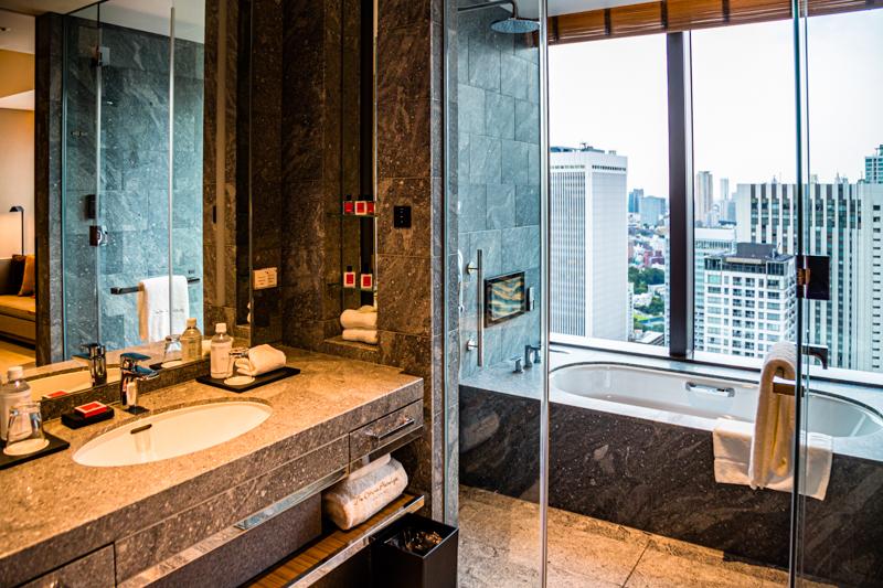 Bad in der Menge - Badezimmer mit Blick auf die Mega-City Tokio / © FrontRowSociety.net, Foto: Georg Berg