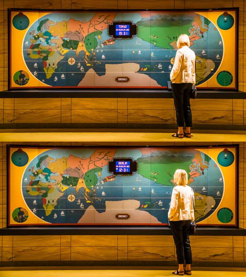 Der Knopfdruck zeigt: Tokio ist Deutschland um sieben Stunden voraus. Eine solch interaktive Weltuhr hatte schon das alte Hotel Okura / © FrontRowSociety.net, Foto: Georg Berg