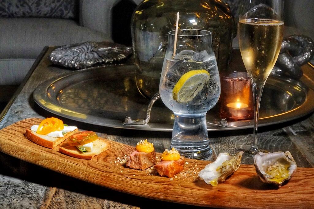 Vor einem Dinner, zum Amuse Bouche gereicht, harmoniert neben einem Glas Champagner für die Damen, auch ein ausgewogner Gin & Tonic für den Herrn