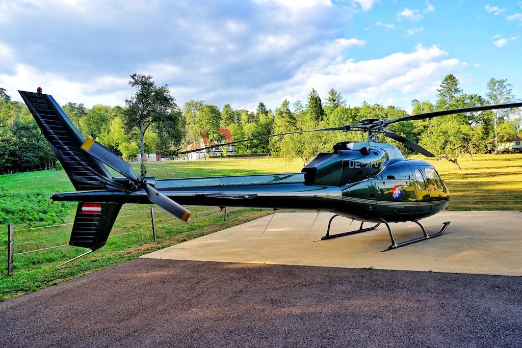 Die Anreise per Helikopter: Die Hotel Villa Rene Lalique verfügt über den eigenen Hubschrauberlandeplatz. Im Hintergrund sieht man das kleine 5 Sterne Hotel; die Verbringung zum erfolgt selbstverständlich per Fahrservices