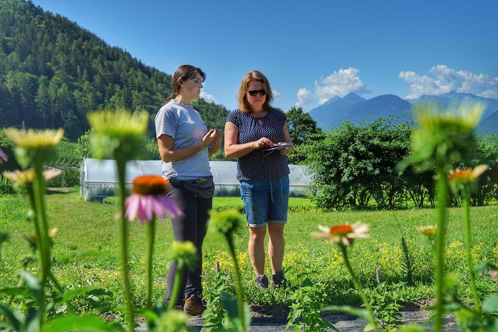Über 50 Kräuterhöfe gibt es in Südtirol - Karin Thaler (li.) von dem Laimburg klärt Redakteurin Annett Conrad (re.) auf