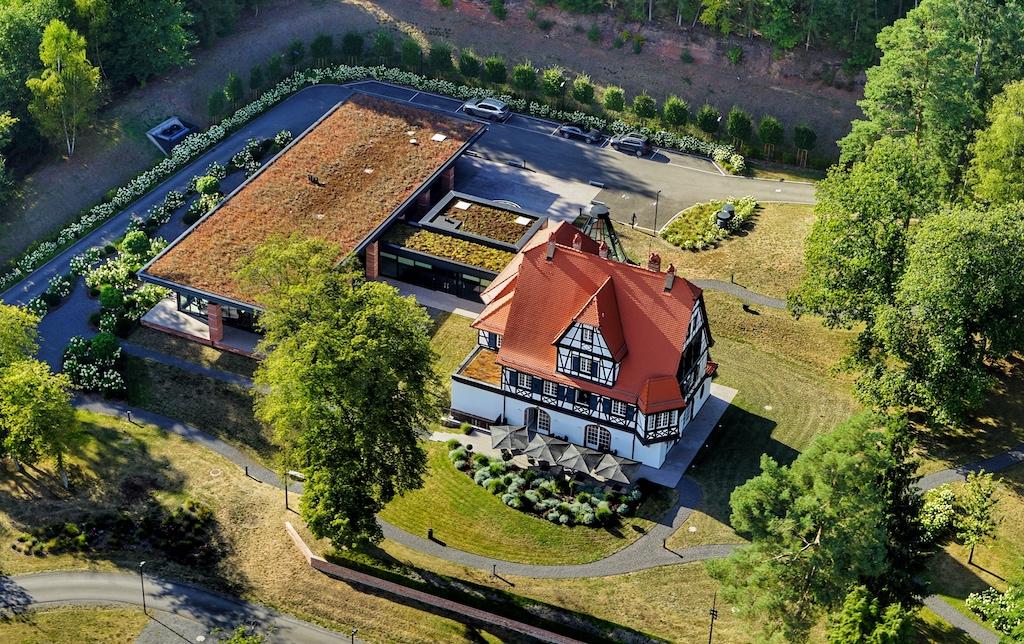 Aus der Vogelperspektive ist das Ensemble auszumachen. Die Villa René Lalique und das Fine-Dining Restaurant links neben der Villa