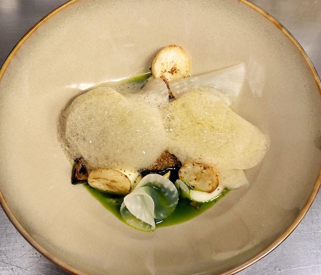 Vegetarisch: Sellerie in Salz gegart mit Bergamotte und Haselnuss mit Schaum vom Staudensellerie