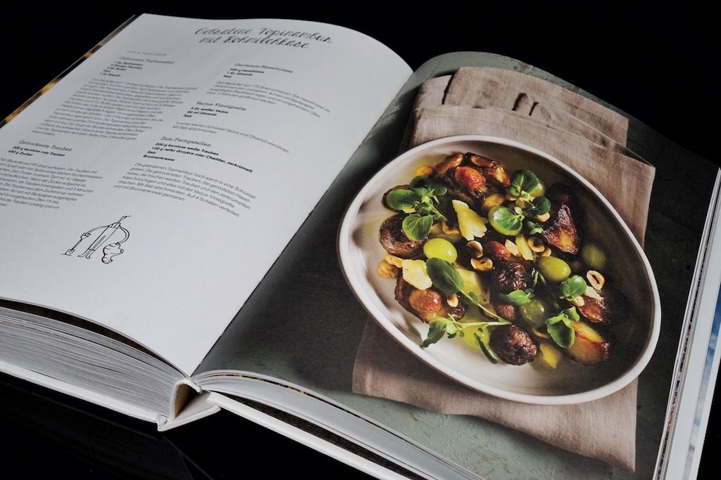 Weit abseits von seiner eigentlichen Sterneküche. Es finden sich in diesem Kochbuch bodenstädnige Gerichte, welche sich problemlos zubereiten lassen / © Redaktion FrontRowSociety.net