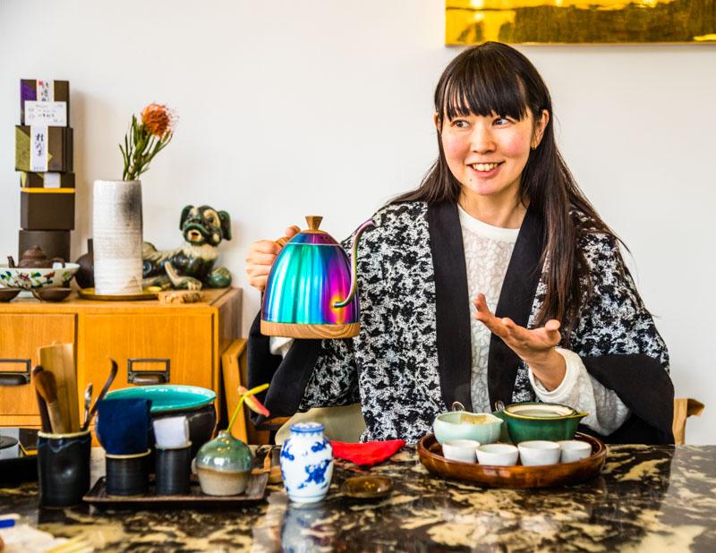 Der Weg zu Motoko Dobashi ist nicht so weit. In Düsseldorf im AN/MO kann man ihr bei einer Tee-Zeremonie zuschauen. Regelmäßig besucht sie Teeproduzenten in Japan und kauft direkt beim Erzeuger beste Qualitäten / © FrontRowSociety.net, Foto: Georg Berg