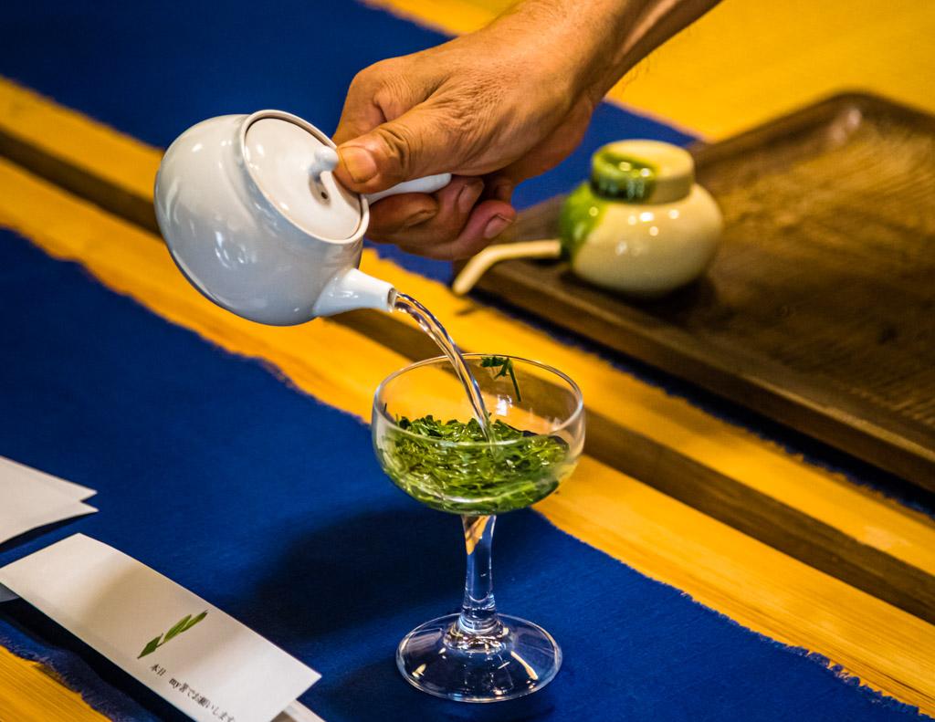 Sencha, der grüne Blatttee, wird traditionell in einer Kyusu, einer japanischen Teekanne mit Seitengriff, zubereitet / © FrontRowSociety.net, Foto: Georg Berg