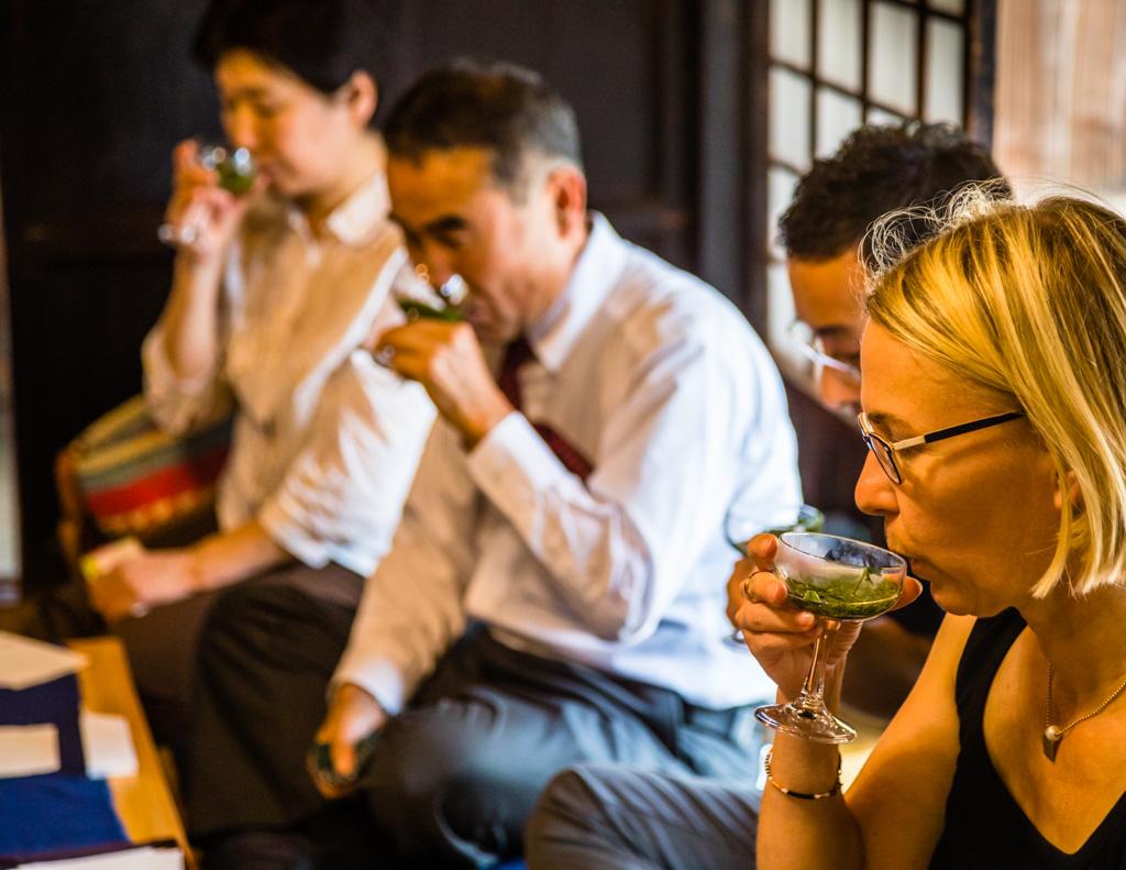 Tee-Degustation im Haus Uchino. Serviert wird Tee in weiten Gläsern. Draußen ist es heiß. Nur die Wassertemperatur beim Aufguss bestimmt, welche Aromen zu Tage gefördert werden. Bei einer Zeremonie im Sommer, ist es ganz angenehm, dass der Tee nicht heiß serviert wird / © FrontRowSociety.net, Foto: Georg Berg