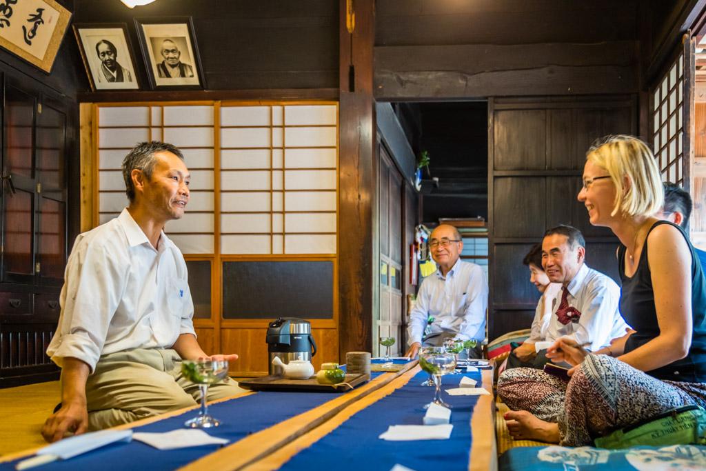 Auf der Teefarm Sansuien in den grünen Hügeln nahe Shizuoka City produziert Herr Uchino hochwertigen und prämierten grünen Tee. Das Teehaus gehört zu den ältesten in der Region. Hier werden Tee-Zeremonien gehalten. Jede Führung über die Teeplantage beginnt mit einem Aufguss der besten Teesorten, einem Gebäckstück und der Geschichte des grünen Tees in Japan / © FrontRowSociety.net, Foto: Georg Berg