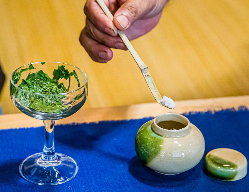Das Ende der Tee-Zeremonie. Die Teeblätter werden mit Stäbchen direkt aus dem Glas gegessen nachdem sie mit Meersalz bestreut worder sind. Nichts wird verschendet, alles ist bekömmlich. Gerade an einem sehr heißen Tag ist dieser aromatische und leicht salzige Abschluss der Tee-Zeremonie sehr willkommen / © FrontRowSociety.net, Foto: Georg Berg