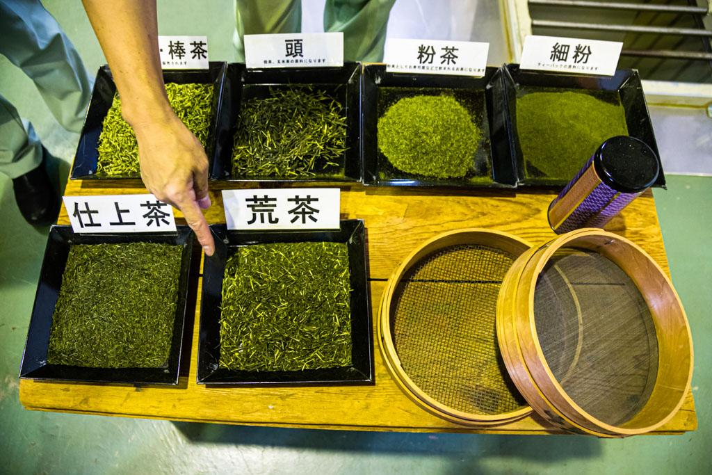 Unterschiedliche Tee-Qualitäten. Sencha ist gut an den nadelförmigen Blättern zu erkennen / © FrontRowSociety.net, Foto: Georg Berg