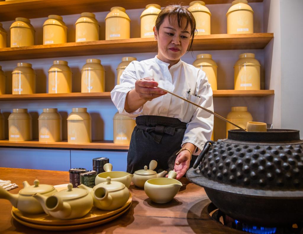 In Shizuoka-City gibt es kleine, feine Tee-Boutiquen, in denen man fachlich beraten wird, bei der Tee-Zubereitung zuschauen kann und natürlich beste Tees aus der Region Shizuoka kaufen kann. Hier im Chagama wird das Teewasser aus einem traditionellen Wasserkessel geschöpft, wie er früher in jedem traditonellen japanischen Wohnhaus zu finden war / © FrontRowSociety.net, Foto: Georg Berg