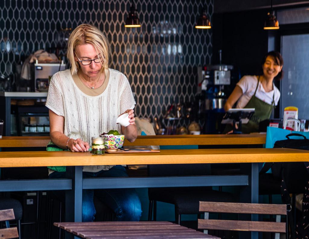 Grüner Tee in allen Variationen: ob auf Eis oder im Schicht-Pudding, in Gebäck und on the rocks. Es lohnt sich, durch die City of Green Tea Shizuoka zu ziehen und bei einem Stadtbummel mehr über den grünen Tee zu erfahren / © FrontRowSociety.net, Foto: Georg Berg
