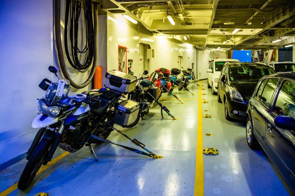Unter Deck der Pont Aven ist Platz für 650 Pkws und Motorräder oder 77 hohe Lkws / © FrontRowSociety.net, Foto: Georg Berg