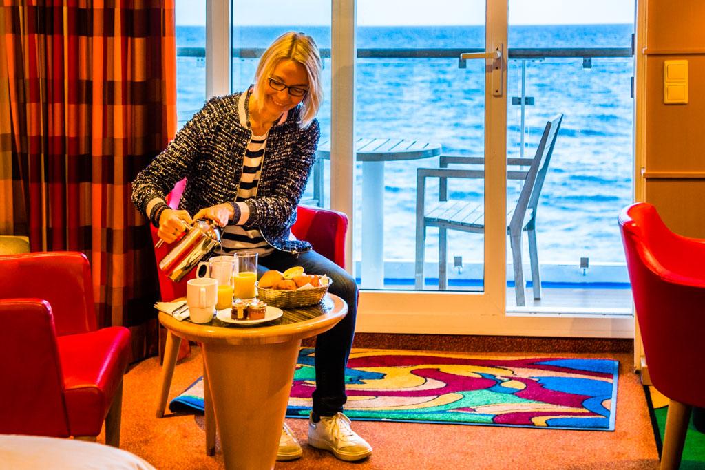 Das Frühstück wird in der luxuriösen Commodore Kabine serviert und kann auch auf dem eigenen Balkon eingenommen werden / © FrontRowSociety.net, Foto: Georg Berg