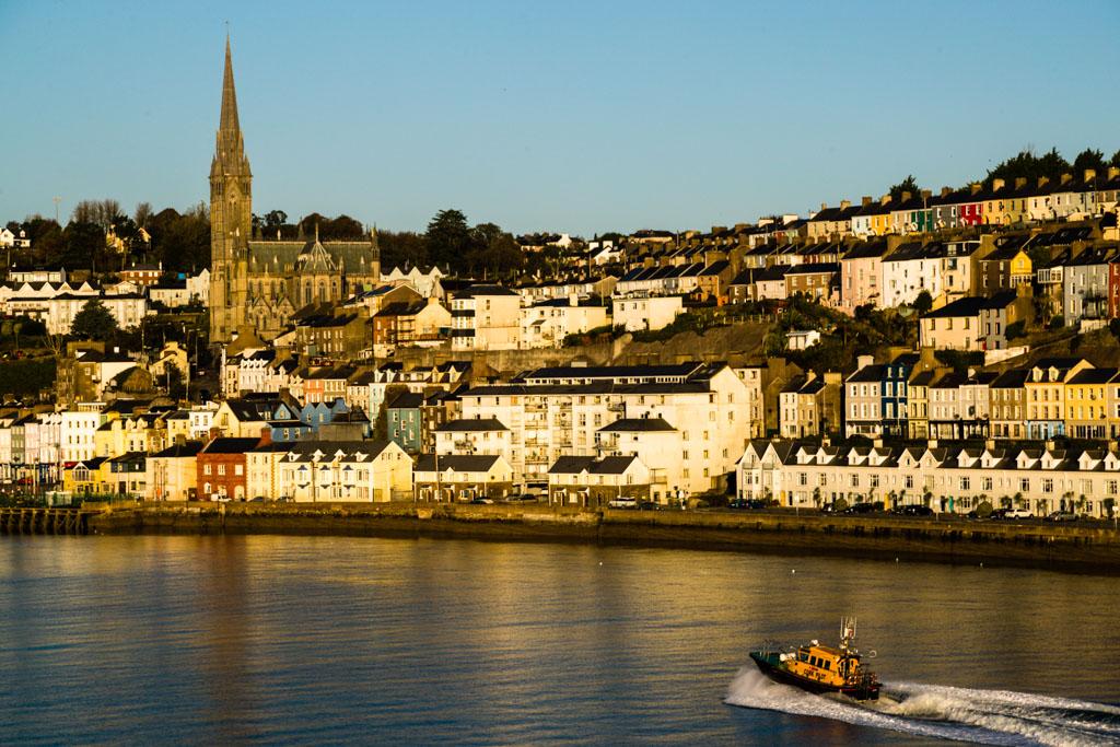 Das Boot des Lotsen begleitet die Fähre in der Bucht von Cork / © FrontRowSociety.net, Foto: Georg Berg