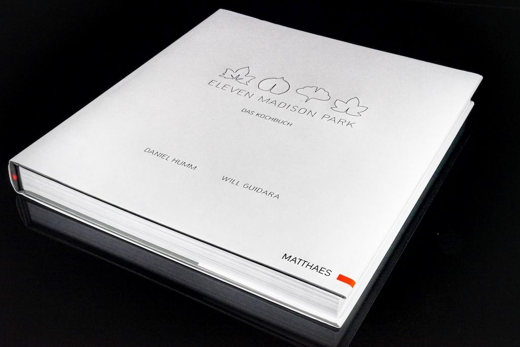 Eleven Madison Park: The Cookbook. Die gebundene Ausgabe des Kochbuches kommt mit einem edelen Schutz, welche das Buch auch in der Küche beim eifrigen Kochen schützt / © Redaktion FrontRowSociety.net