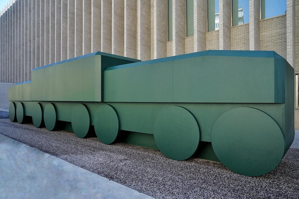 """Die von den Künstlern Xavier Veilhan und Olivier Mosset aus Stahlplatten geschaffene """"La Crocodile"""" empfängt Besucher am Eingang"""