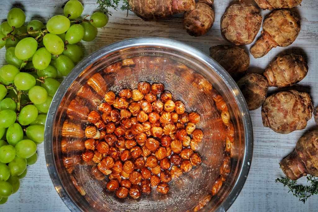 Die gesalzenen Haselnüsse finden sich für eine kurze Hitzeperiode im Ofen wieder, um rauchige Röstaromen anzunehmen / © Redaktion FrontRowSociety.net