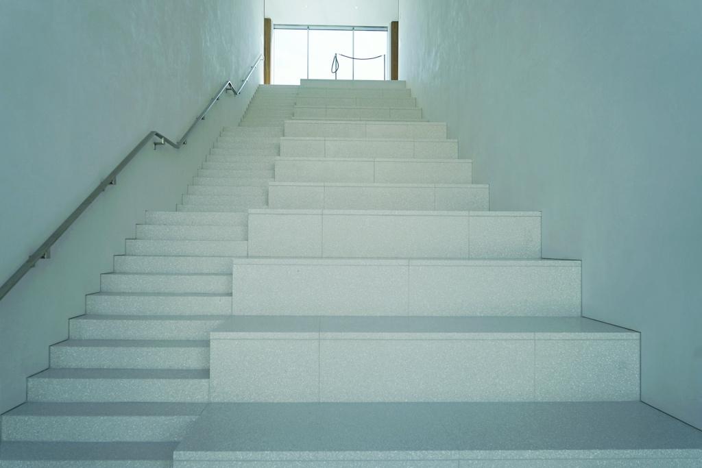 Ausladende Treppenstufen sollen Treffpunkte für Besucher sein, auf denen man verweilen kann