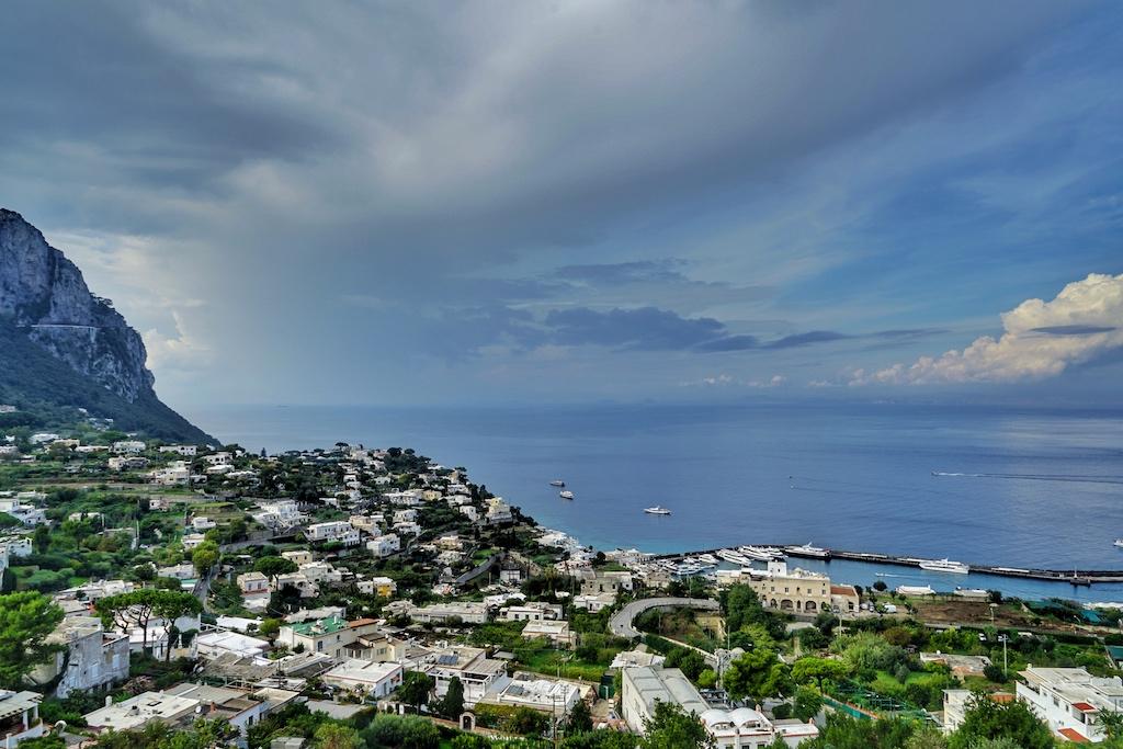 Mit der Standseilbahn oben angekommen, liegt einem Capri zu Füßen
