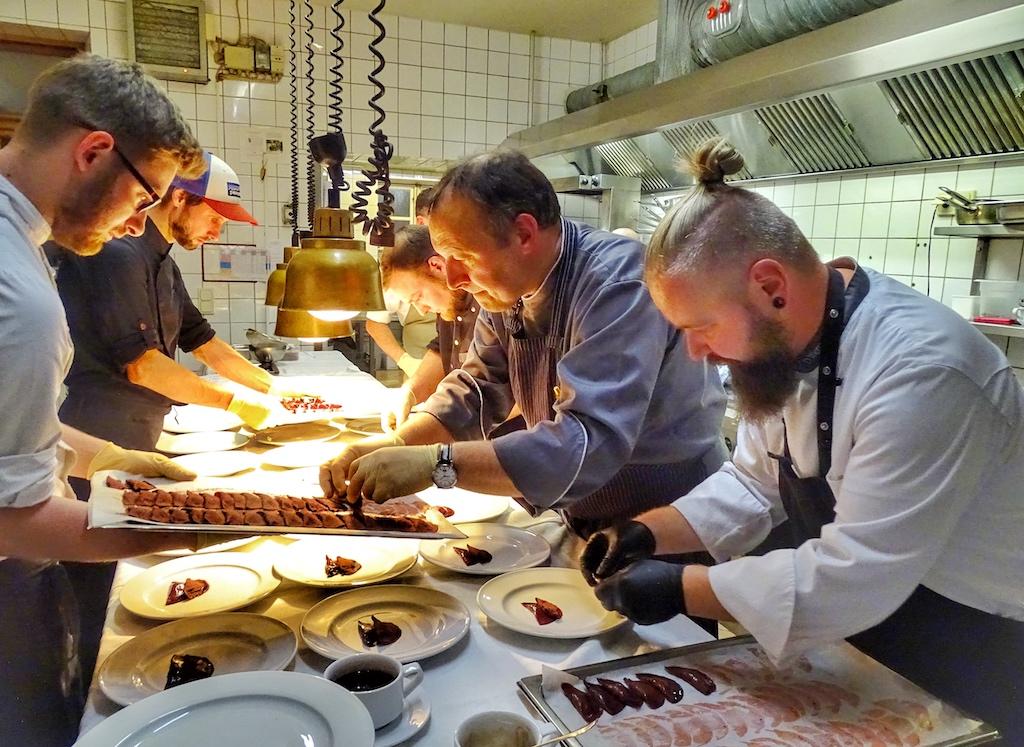 In der Küche arbeitet das Team vom Friederikenhof sehr harmonisch und ruhig mit Sternekoch Rainer Gassner zusammen