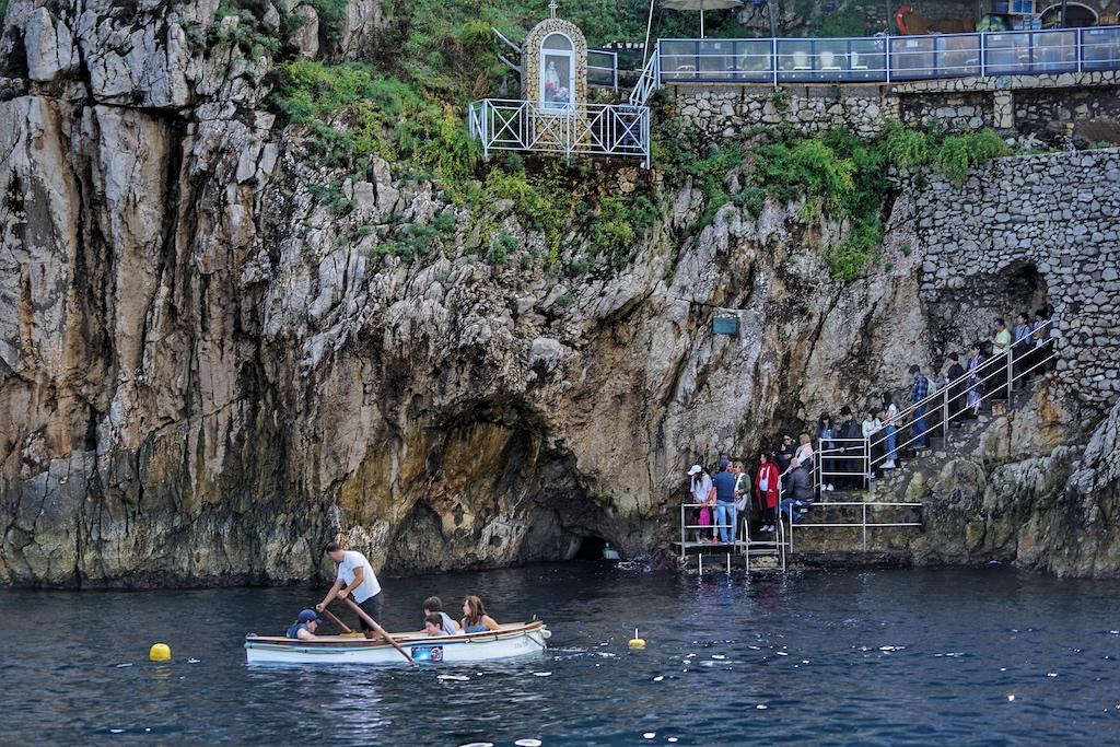 Bei der bekannten Blauen Grotte ist Warten angesag