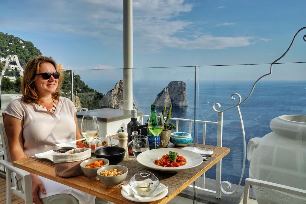 Eine echte Empfehlung ist das Restaurant Capri Rooftop - von der Kulinarik und von der Aussicht her