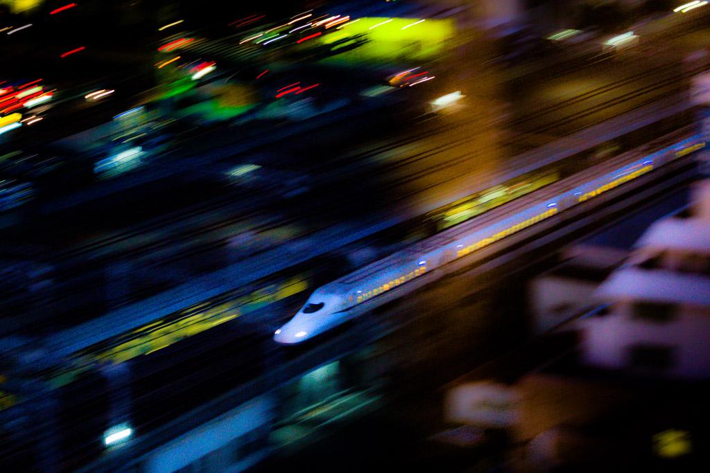 Pfeilschnell durch die Nacht. Shinkansen heißen Japans Schnellzüge, die überaus verlässlich, bestens organisiert und dicht getaktet das Land durchkreuzen. Von Tokio erreicht man Shizuoka in nur 60 Minuten / © FrontRowSociety.net, Foto: Georg Berg