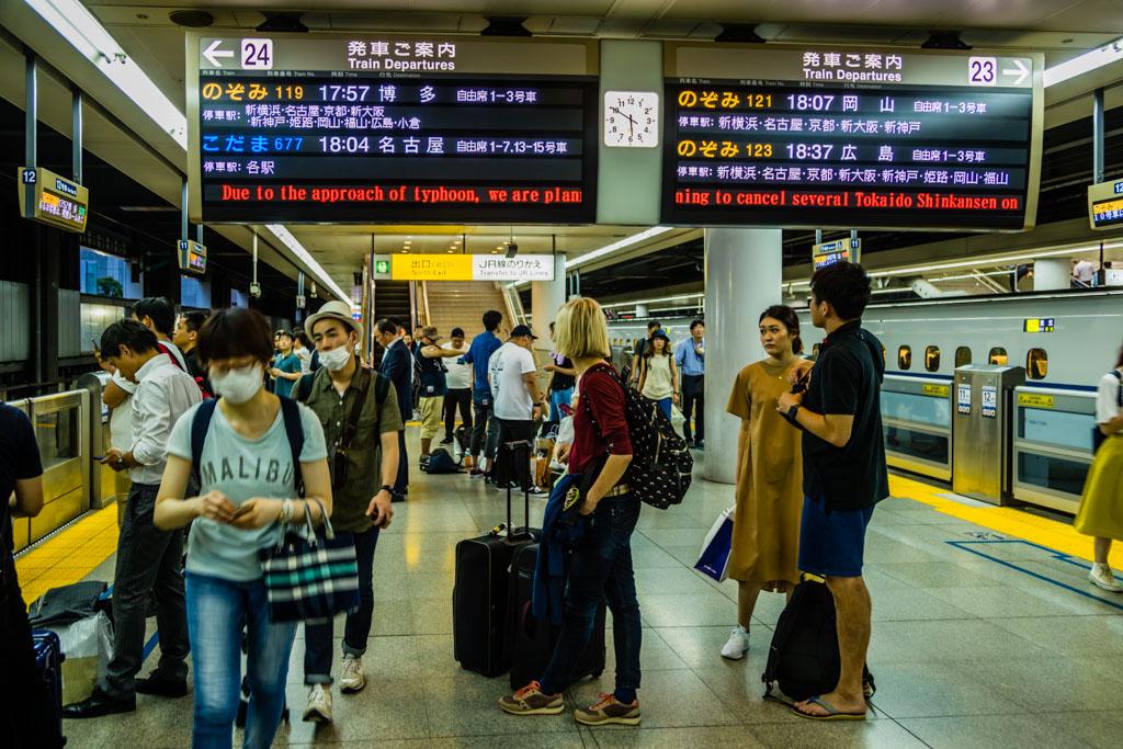 Pünktlich bis zur letzten Abfahrt des Shinkansen. Die Reisenden haben sich seit Tagen auf die Ankunft eines starken Taifuns eingestellt / © FrontRowSociety.net, Foto: Georg Berg