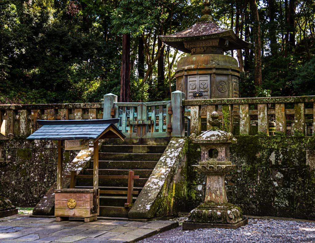 Tokugawa Ieyasu wird heute an vielen Orten in Japan wie eine Gottheit verehrt. Auf Mount Kunozan wurde auf seinen Wunsch hin sein Mausoleum gebaut. Die sterblichen Überreste sind später nach Nikko gebracht worden / © FrontRowSociety.net, Foto: Georg Berg